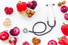 Αγαθό προϊόντων για την καρδιά και τα αιμοφόρα αγγεία Τα λαχανικά, φρούτα, καρύδια στην καρδιά που διαμορφώνεται κυλούν κοντά στο Στοκ Εικόνα