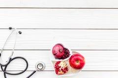 Αγαθό προϊόντων για την καρδιά και τα αιμοφόρα αγγεία Τα λαχανικά, φρούτα, καρύδια στην καρδιά που διαμορφώνεται κυλούν κοντά στο Στοκ φωτογραφία με δικαίωμα ελεύθερης χρήσης
