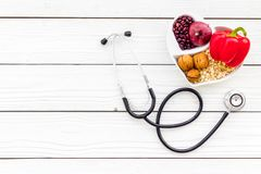 Αγαθό προϊόντων για την καρδιά και τα αιμοφόρα αγγεία Τα λαχανικά, φρούτα, καρύδια στην καρδιά που διαμορφώνεται κυλούν κοντά στο Στοκ Εικόνες