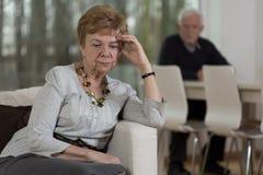 Αγανακτισμένη ηλικιωμένη γυναίκα μετά από τη φιλονικία Στοκ Εικόνα