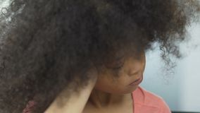 Αγανακτισμένο παιδί αφροαμερικάνων με την κάτω συνεδρίαση συνδρόμου στον πίνακα, υγεία απόθεμα βίντεο