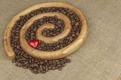 Αγαπάμε το φρέσκο ψημένο καφέ Ψημένα φασόλια καφέ σε μια ξύλινη σπείρα Στοκ Φωτογραφία