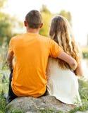 αγαπημένος δίνοντας στο δαχτυλίδι στιγμής ατόμων του τις ρομαντικές νεολαίες Στοκ Εικόνες