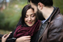 αγαπημένος δίνοντας στο δαχτυλίδι στιγμής ατόμων του τις ρομαντικές νεολαίες στοκ φωτογραφία με δικαίωμα ελεύθερης χρήσης