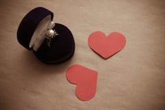 Αγαπημένο ασημένιο δαχτυλίδι δώρων δύο κόκκινο καρδιών εγγράφου Στοκ Εικόνες