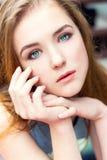 Αγαπητό όμορφο κομψό νέο κορίτσι με τα μπλε μάτια με την τρίχα καθεστώτος που κάθεται Στοκ Εικόνες