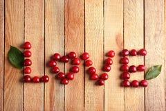 ΑΓΑΠΗ λέξης φιαγμένη από γλυκά κεράσια στοκ φωτογραφία