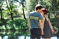 Αγαπούν ο ένας τον άλλον στο lakeshore στοκ φωτογραφία