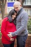 Αγαπώντας έγκυο ζεύγος Στοκ Εικόνες