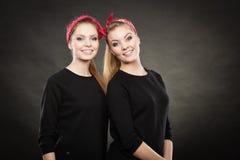 Αγαπώντας αδελφές στην αναδρομική καρφίτσα επάνω στο stylization Στοκ φωτογραφίες με δικαίωμα ελεύθερης χρήσης