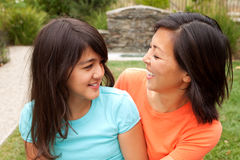 Αγαπώντας ασιατικό χαμόγελο μητέρων και κορών Στοκ Φωτογραφία
