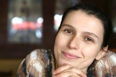 Αγαπώντας γυναίκα λ με τα διασχισμένα χέρια που διασχίζονται Στοκ φωτογραφία με δικαίωμα ελεύθερης χρήσης