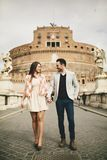 Αγαπώντας ζεύγος από το Castel Sant ` Angelo στη Ρώμη, Ιταλία Στοκ φωτογραφία με δικαίωμα ελεύθερης χρήσης