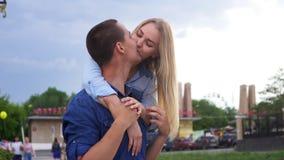 Αγαπώντας ζεύγος ευτυχή στο σε αργή κίνηση οδών φιλμ μικρού μήκους