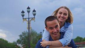 Αγαπώντας ζεύγος ευτυχή στο σε αργή κίνηση οδών απόθεμα βίντεο