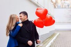 Αγαπώντας ζεύγος με τα κόκκινα μπαλόνια καρδιών στην οδό Στοκ φωτογραφία με δικαίωμα ελεύθερης χρήσης