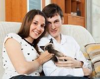 Αγαπώντας ζεύγος με το γατάκι Στοκ εικόνες με δικαίωμα ελεύθερης χρήσης