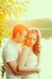 Αγαπώντας ζεύγος που αγκαλιάζει στη λίμνη Νέοι γυναίκα και άνδρας ομορφιάς μέσα Στοκ εικόνα με δικαίωμα ελεύθερης χρήσης
