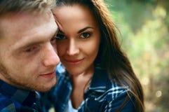 Αγαπώντας ζεύγος που αγκαλιάζει το δάσος Στοκ Φωτογραφίες