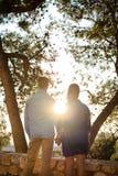 Αγαπώντας ζεύγος που εξετάζει τον ήλιο στοκ εικόνα
