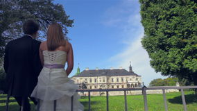 Αγαπώντας ζεύγος που εξετάζει το σπίτι ονείρου τους απόθεμα βίντεο