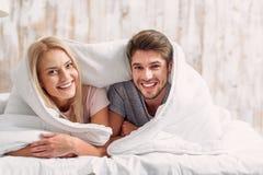 Αγαπώντας ζεύγος που καλύπτεται ευτυχές από το κάλυμμα Στοκ φωτογραφία με δικαίωμα ελεύθερης χρήσης