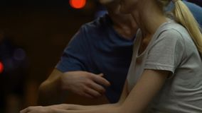 Αγαπώντας ζεύγος που μιλά και που αγκαλιάζει υπαίθρια, που φαίνεται τη νύχτα ρομαντική ημερομηνία πόλεων απόθεμα βίντεο