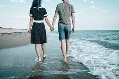 Αγαπώντας ζεύγος που περπατά στην ακτή άμμου στοκ φωτογραφία