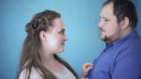 Αγαπώντας ζεύγος που φαίνεται μεταξύ τους, τρυφερές σχέσεις, εμπιστοσύνη και κατανόηση απόθεμα βίντεο