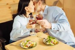Αγαπώντας ζεύγος που φιλά και κρασί κατανάλωσης στοκ φωτογραφίες