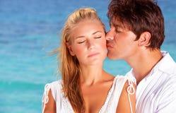 Αγαπώντας ζεύγος που φιλά υπαίθρια Στοκ Φωτογραφία