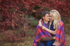 Αγαπώντας ζεύγος σε ένα πάρκο το φθινόπωρο Στοκ Εικόνες