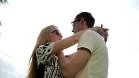 Αγαπώντας ζεύγος στα γυαλιά ηλίου στο ηλιοβασίλεμα απόθεμα βίντεο
