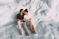 Αγαπώντας ζεύγος στα όπλα Άνδρας και γυναίκα που αγκαλιάζουν στο άσπρο υπόβαθρο Μοντέρνο ζεύγος ερωτευμένο Πρόσφατα παντρεμένο ζε στοκ εικόνες με δικαίωμα ελεύθερης χρήσης