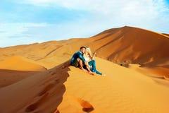 Αγαπώντας ζεύγος στην έρημο Σαχάρας Μαρόκο στοκ φωτογραφία με δικαίωμα ελεύθερης χρήσης