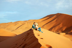 Αγαπώντας ζεύγος στην έρημο Σαχάρας Στοκ φωτογραφία με δικαίωμα ελεύθερης χρήσης