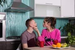 Αγαπώντας ζεύγος στην κουζίνα Στοκ φωτογραφία με δικαίωμα ελεύθερης χρήσης