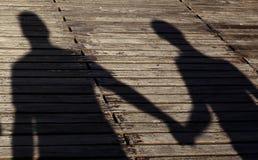 Αγαπώντας ζεύγος στις σκιές Στοκ φωτογραφία με δικαίωμα ελεύθερης χρήσης