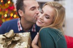 Αγαπώντας ζεύγος στο χρόνο Χριστουγέννων Στοκ Εικόνες