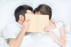 Αγαπώντας ζεύγος της Νίκαιας που βρίσκεται στο κρεβάτι Στοκ Εικόνες
