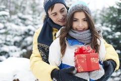 Αγαπώντας ζεύγος το χειμώνα Στοκ φωτογραφίες με δικαίωμα ελεύθερης χρήσης