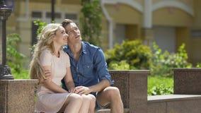 Αγαπώντας ζεύγος των νέων που κάθονται στον πάγκο και που μιλούν, ρομαντική ημερομηνία απόθεμα βίντεο