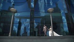 Αγαπώντας ζεύγος Newlyweds που περπατά στην πόλη φιλμ μικρού μήκους