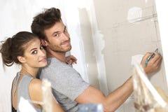 Αγαπώντας καινούργιο σπίτι προγραμματισμού ζευγών Στοκ φωτογραφία με δικαίωμα ελεύθερης χρήσης