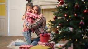 Αγαπώντας κόρη που αγκαλιάζει τη μητέρα στη Παραμονή Χριστουγέννων απόθεμα βίντεο