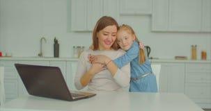 Αγαπώντας κόρη που αγκαλιάζει τη workaholic μητέρα της απόθεμα βίντεο