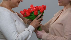 Αγαπώντας κόρη που συγχαίρει mom χρόνια πολλά, δίνοντας τα λουλούδια στην ευγνωμοσύνη φιλμ μικρού μήκους
