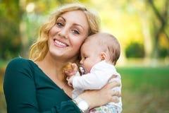 Αγαπώντας μητέρα με το μωρό στοκ φωτογραφία