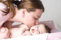 αγαπώντας μητέρα μωρών Στοκ φωτογραφία με δικαίωμα ελεύθερης χρήσης