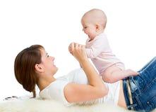 Αγαπώντας μητέρα που έχει τη διασκέδαση με το μικρό παιδί μωρών της Στοκ Φωτογραφία
